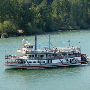 Sternwheeler_Columbia_Gorge_moving_downstream_in_Cascade_Locks_in_2006